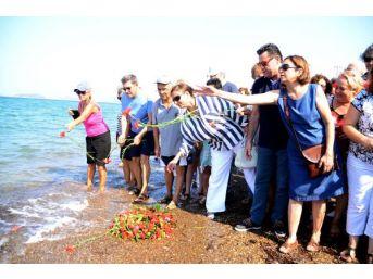 Minik Aylan'ın Can Verdiği Yerde Denize Çelenk Bırakıldı