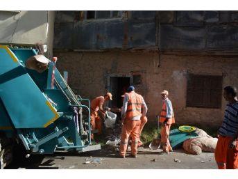 Sandıklı'da Yaşlı Kadının Evinden 5 Kamyon Çöp Çıktı