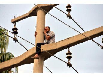 Vakıftan Istediği Yardımı Alamayınca Elektrik Direğine Çıktı