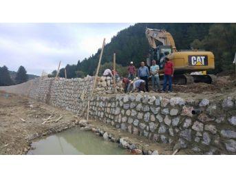 Azdavay'da İstinat Duvarı Çalışmaları Devam Ediyor