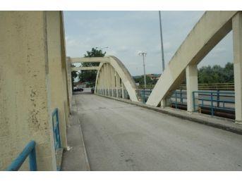 Eski Sakarya Köprüsü Kaderine Terk Edildi