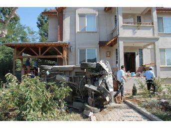 Minibüs Balkona Çarptı; 6 Yaralı