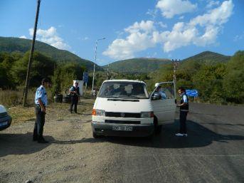 Posof'ta Yol Uygulaması Yapan Polisler Vatandaşların Bayramını Kutladı