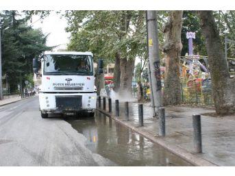 Belediye Ekipleri Kaldırımları Yıkıyor