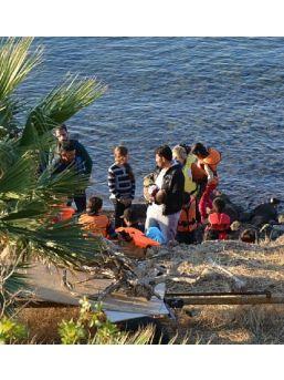 Çandarlı'da 55 Suriyeli Kaçak, Zodiyak Botta Yakalandı