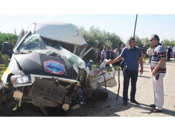 Adana'da Kamyon İle Minibüs Çarpıştı: 3 Yaralı