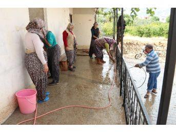 Mut'ta Kuvvetli Yağış Hayatı Felç Etti