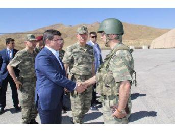Genelkurmay, Başbakan Davutoğlu'nun Askerlerle Karavana Yerken Fotoğraflarını Yayınladı