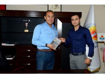 Büyükşehir'in Yazar Personeli İlk Kitabını Başkan Sözlü'ye Hediye Etti