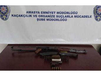 Köy Evinde Kalaşnikof Tüfek Ve Tabanca Ele Geçirildi