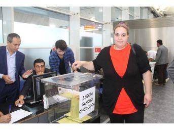 Atatürk Havalimanı'nda Oy Kullanma İşlemi Başladı