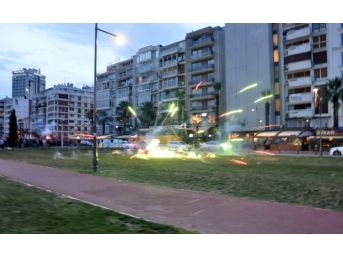 İzmir'de Polise Havai Fişek Ve Taşlarla Saldırı