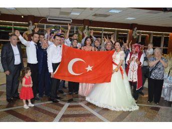 Düğün Sonunda Genç Çifte Türk Bayrağı