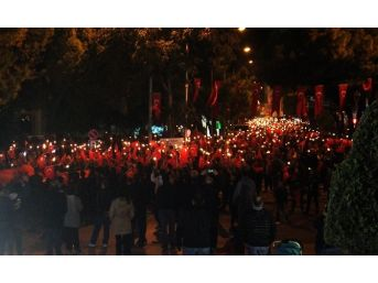 5 Bin Kişi Meş'alelerle Cumhuriyet'i Kutladı