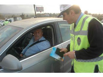 """Kocaali İlçe Emniyet Müdürlüğü'nden """"trafik Kuraldır, İlim Kitaptır"""" Kampanyası"""