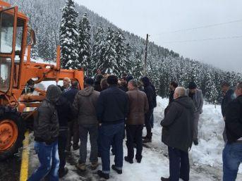 Kar Yağışı Yüzünden Ulaşıma Kapanan Yolda Mahsur Kalan Sürücüler Yolu Açmaya Çalışan Görevlilerle Tartıştı