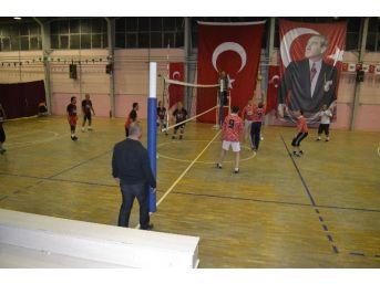 Alaplı Öğretmenler Günü Dolayısıyla Voleybol Turnuvası Başladı