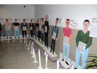 Avukatlar, Erkek Maketleri Üzerinden Şiddeti Protesto Ettiler