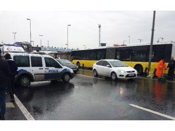 Cevizlibağ Metrobüs Durağı Yanında Kaza: 1 Yaralı