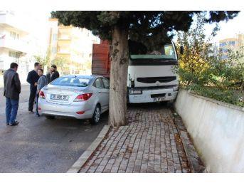 Freni Boşalan Tır Otomobile Ve Apartman Duvarına Çarparak Durabildi
