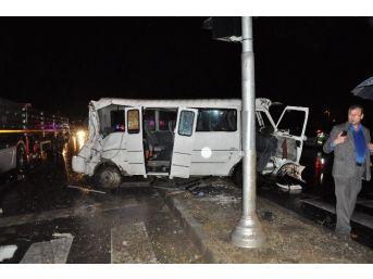 Öğrencilerin Bulunduğu Minibüs Tırla Çarpıştı: 16 Yaralı