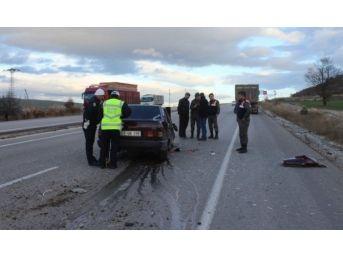 Otomobil, Kamyona Çarptı: 2 Yaralı