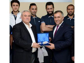 Hakkarili Futbolculardan Atso'ya Teşekkür Ziyareti