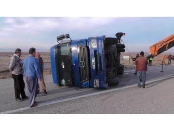 Ereğli'de Kargo Kamyonu Devrildi: Üç Yaralı