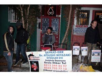 Sokakta Yaşayan Evsiz Ve Kimsesizlere Kıyafet Ve Sıcak Çorba Dağıtımı