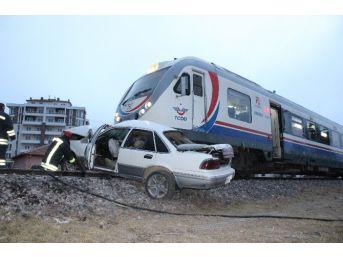 Yolcu Treni Otomobile Çarptı: 1 Ölü