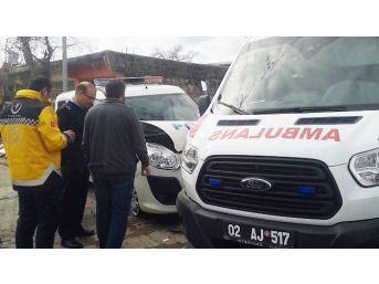 Ambulans İle Polis Aracı Çarpıştı