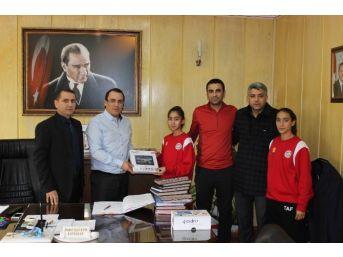 Kaymakam Kaya, Atletizm Şampiyonlarını Tablet Bilgisayarla Ödüllendirdi