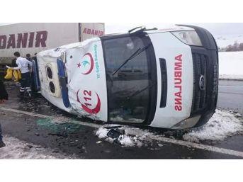 Pasinler'de Ambulans Kaza Yaptı: 3 Yaralı