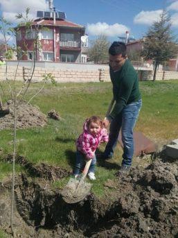 Nehir Eda'nın Ağaç Sevgisi Büyükleri Kendine Hayran Bıraktı
