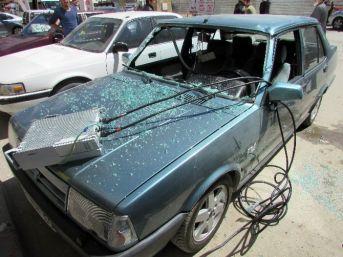 Baz İstasyonundan Kopan Parça Park Halindeki Otomobilin Üzerine Düştü