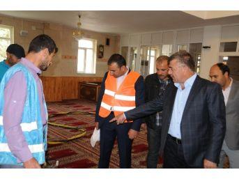Niğde Belediyesi Cami Halılarını Modern Cihazlarla Yıkıyor