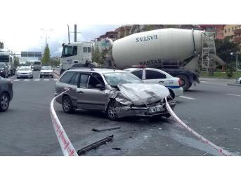İçinde 13 Kişinin Bulunduğu Otomobil Kaza Yaptı