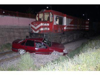 Tren Çarptığı Otomobili Sürükledi: 1 Yaralı