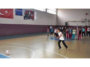 Penaltı Yarışmasında Dereceye Giren Öğrencilere Madalya