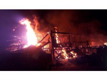 Kastamonu'da İki Katlı Ahşap Bina Yandı