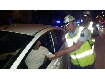 Trafik Polislerinden Sürücülere Kandil Lokumu