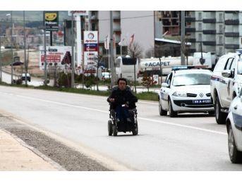 Engellilerin Sesini Duyurabilmek İçin Tekerlekli Sandalyesiyle 23 Kilometre Yol Kat Etti