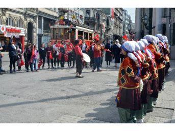 Beyoğlu'nda Davullu Zurnalı 19 Mayıs Kutlaması