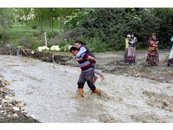 (özel Haber) Köylüler Çocukları İçin Köprü İstiyor