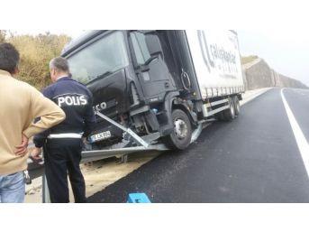 Direksiyon Başında Uyuyan Kamyon Şoförü Bariyerlere Çarptı