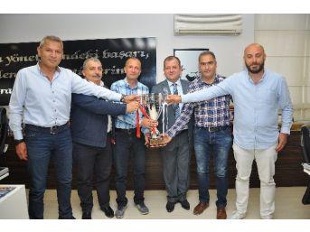 Masterlar Takımı Kazandıkları Kupayı Tso Başkanı'na Hediye Etti