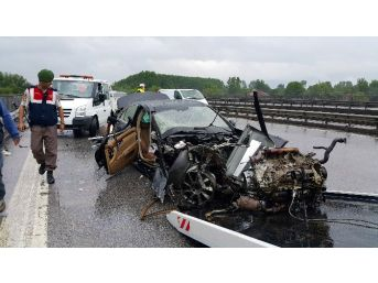 Tem'de Otomobil Bariyerlere Çarptı, 4 Kişi Ölümden Döndü