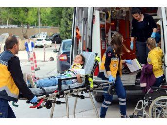 Kamyonet İle Öğrenci Servisi Çarpıştı: 2'si Çocuk 4 Kişi Yaralandı
