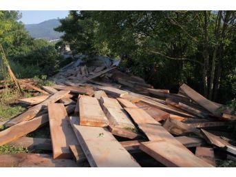 Sürücüsü Uyuyakalan Tır, Tem'den Ormana Uçtu: 2 Yaralı