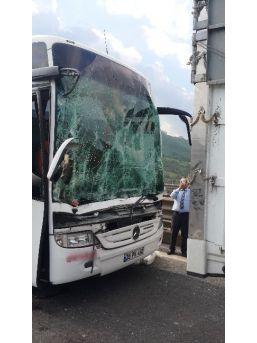 Yolcu Otobüsü Meyve Yüklü Kamyona Çarptı: 4 Yaralı